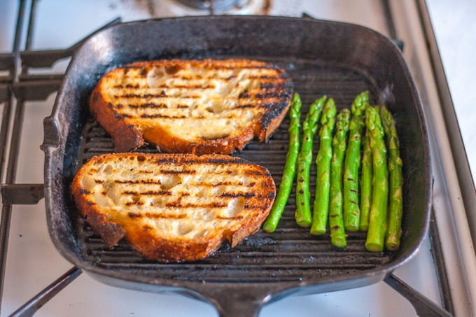 Asparagus and bread cooking in a griddle pan