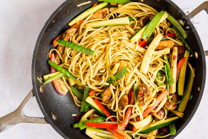 A large frying pan of chicken chow mein ready to serve.