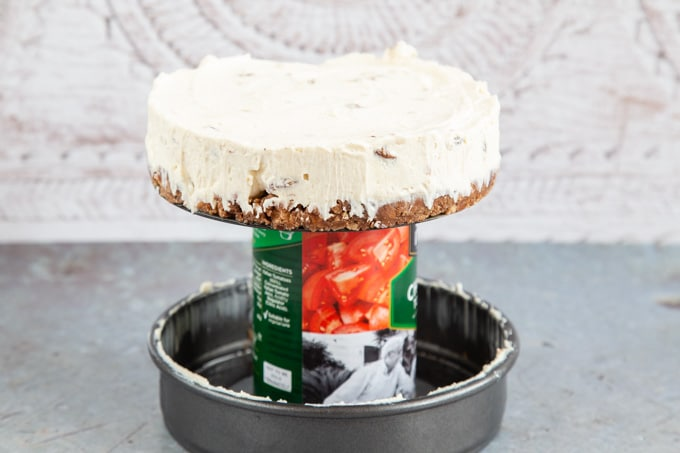 Turning out cheesecake using a can of tomatoes